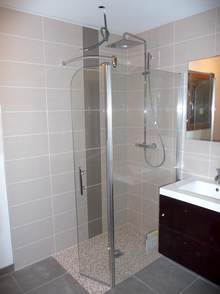 Carrelage salle de bain gris clair: jeux de faïences dans cette ...